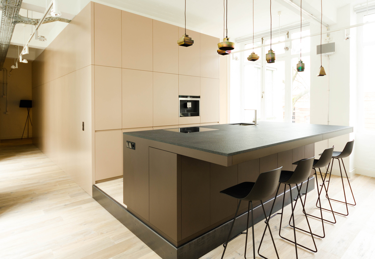 loftküche oranienstrasse - küchentresen, podest und wandverkleidung -