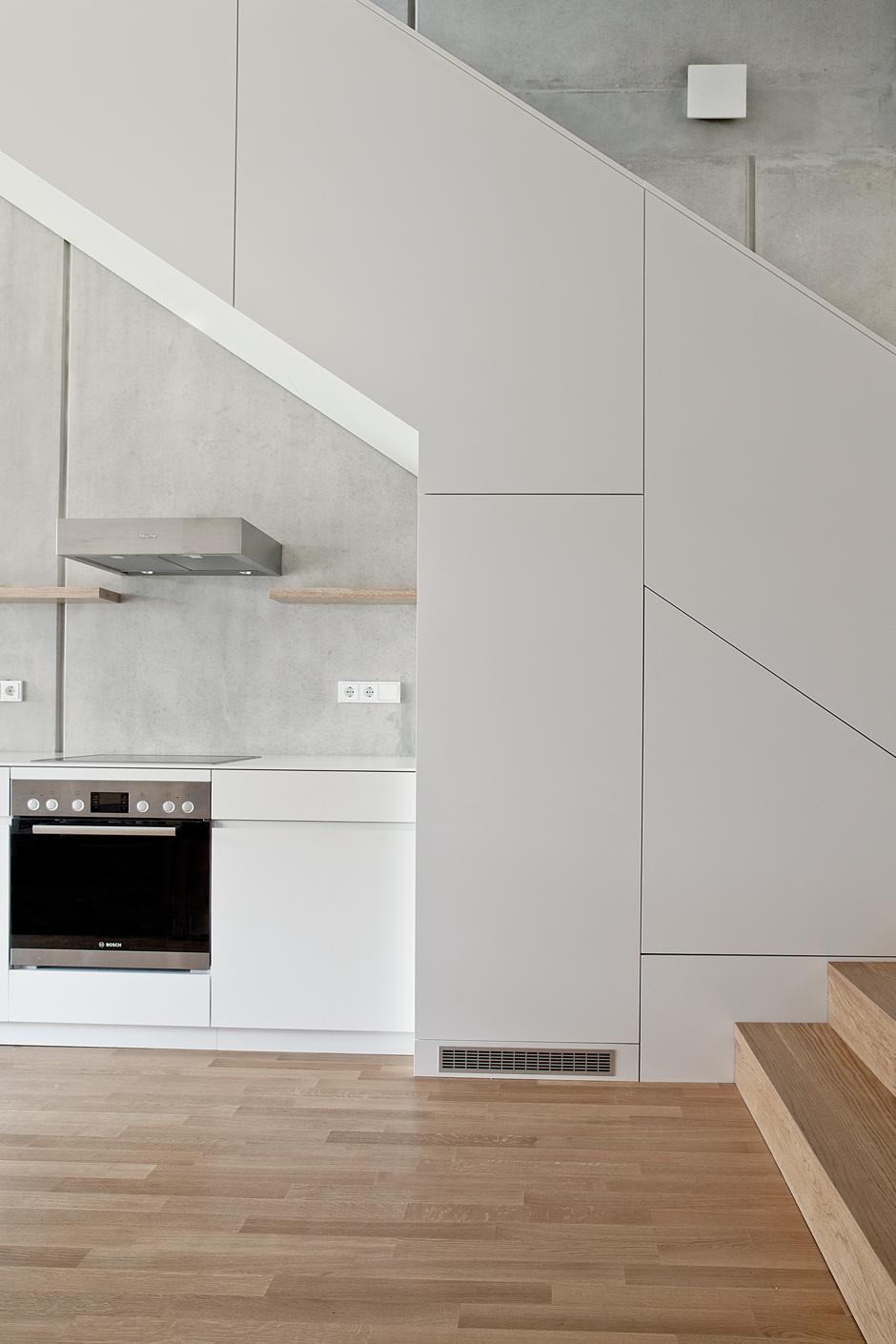 boyenstr-küche-zeile-unter-treppe-ansicht1.jpg