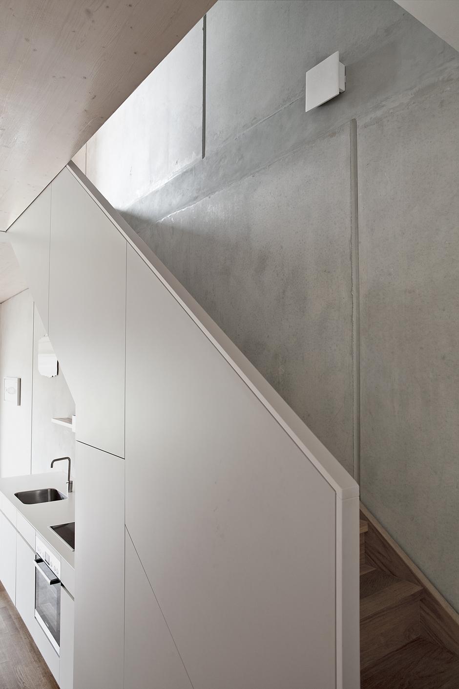 boyenstr-küche-zeile-unter-treppe-ansicht-treppe.jpg