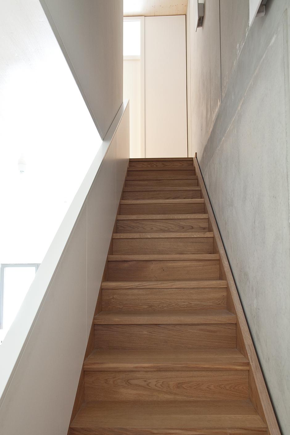 boyenstr-küche-zeile-unter-treppe-ansicht-treppe2.jpg