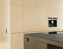 Loftküche Oranienstrasse – Küchentresen, Podest und Wandverkleidung