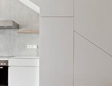 Boyenstrasse Maisonette – Küche unter Treppe in Verkleidung